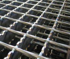 تصویر گریتینگ فلزی که به صورت مضرس ساخته و تولید شده است
