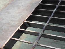 تصویر از نمای نزدیک گریتینگ فلزی و نحوه جوشکاری تسمه ها